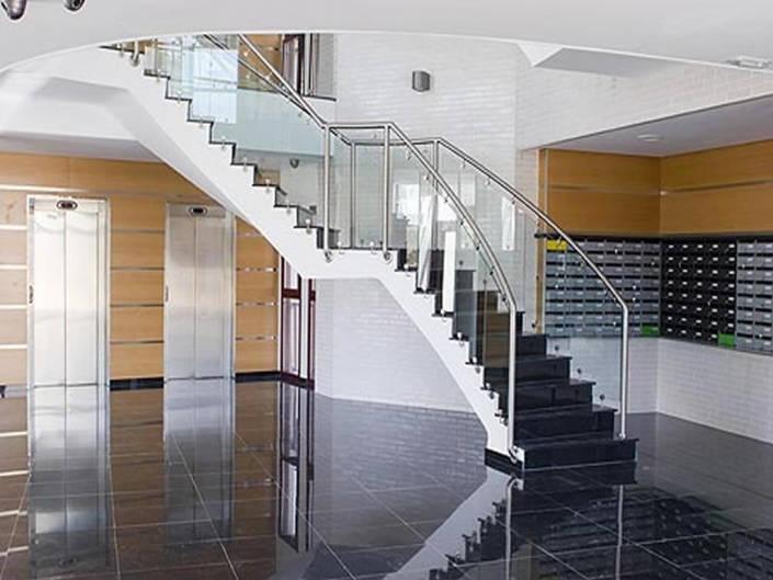 Escalera en acceso principal