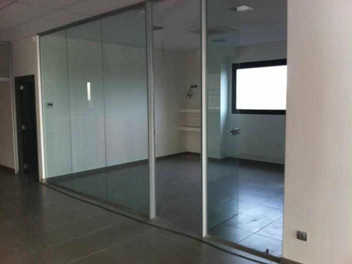 Mamparas de vidrio en zona de oficinas
