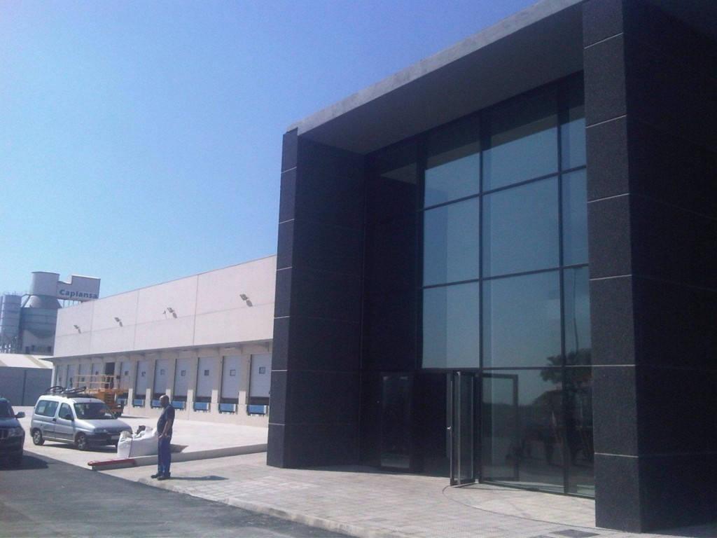 Proyecto y ejecuci n de centro log stico spaintir castell n for Fachadas para oficinas