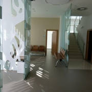 Hall de entrada con paramentos de vidrio